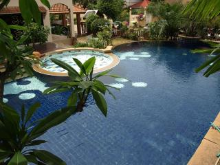 LARGE PRIVATE SWIMMING POOL - JACUZZI & KIDS POOL - Pattaya vacation rentals
