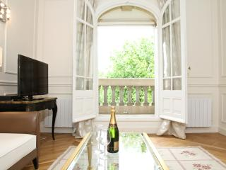 20. Direct Eiffel Tower and Champ de Mars View - 5th Arrondissement Panthéon vacation rentals
