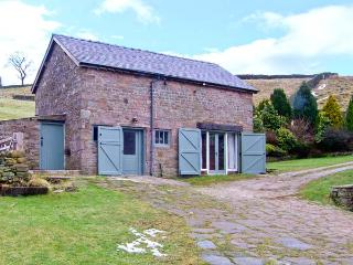 THE BARN AT GOOSETREE FARM, chcracter, king-size bed, beams, woodburner, near Buxton, Ref 17809 - Derbyshire vacation rentals