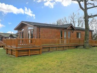 41 DUCK LAKE, log cabin, hot tub, indoor pool, fishing, golf, in Tattershall, Ref 22510 - Lincolnshire vacation rentals