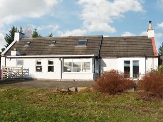NEWLANDS, family accommodation, woodburning stove, lovely views, near golf in Archiestown, Ref 21275 - Aberdeenshire vacation rentals