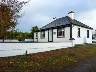 PINE TREE LODGE, single-storey, garden, open fire, ideal touring base, in Kiltimagh Ref 13760 - County Mayo vacation rentals
