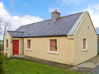 CAVAN HILL COTTAGE, single-storey detached cottage, multi-fuel stove, enclosed garden, near Ballinrobe, Ref 18259 - County Down vacation rentals