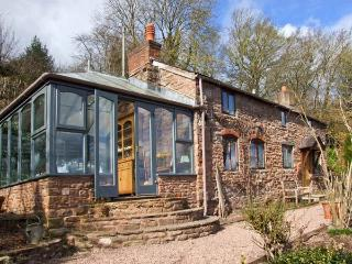 LAVENDER COTTAGE, detached stone cottage, woodburner, garden, river views, in Hoarwithy, Ref 22082 - Herefordshire vacation rentals