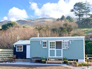 THE SHEPHERD'S HUT, unique romantic retreat, woodburners, lawned garden, in Aberdovey, Ref 19022 - Aberdovey / Aberdyfi vacation rentals