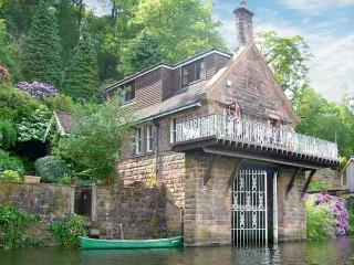 HORTON LODGE BOATHOUSE, unique lakeside pet-friendly cottage by Rudyard Ref 23174 - Rudyard vacation rentals
