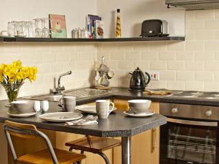 THE TOWNHOUSE APARTMENT, central location, fishing available, romantic retreat, in Llangollen, Ref 24280 - Llangollen vacation rentals