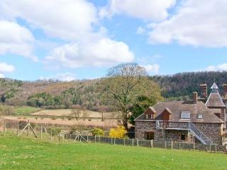 ROBIN'S NEST, pet friendly, beautiful views, character features, near Craven Arms, Ref. 24739 - Shropshire vacation rentals