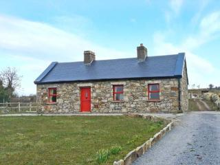 BIDNEY'S COTTAGE, single-storey, multi-fuel stove, countryside views, near Dunmore, Ref 24209 - County Galway vacation rentals