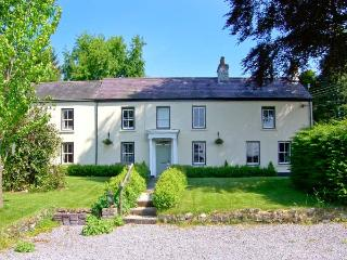 MYRTLE HILL COTTAGE, ideal for families and friends, enclosed patio, wonderful views, in Llansadwrn, Ref 24085 - Llansadwrn vacation rentals