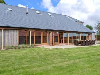 RANBY HILL BARN, luxury barn conversion, en-suite bedrooms, hot tub, games room, enclosed garden, near Horncastle, Ref 25054 - Lincolnshire vacation rentals