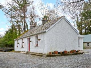 TREE GROVE COTTAGE, pet-friendly, single-storey cottage with open fires, patio, Kinlough Ref 21696 - Northern Ireland vacation rentals