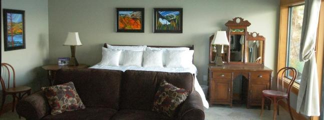 Eagle (King) Suite Sleeps 1 - 4 - Waterfront Haven on Lake Okanagan - Peachland - rentals
