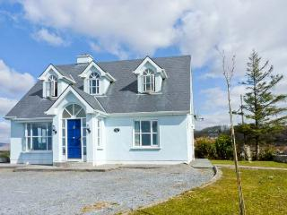 CLOONADOON LODGE, pets welcome, lake views, en-suite bedrooms, enclosed garden, near Carraroe, Ref 23838 - Carraroe vacation rentals