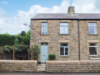 ROSSKEEN, cottage in popular village, open fire, patio and deck, amenities close, Tideswell Ref 22019 - Peak District vacation rentals