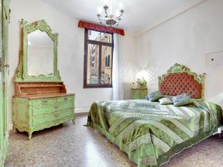 Apartment Ca' della Torre, located in San Marco, 5 minutes to Rialto and shopping boutiques - Venice vacation rentals