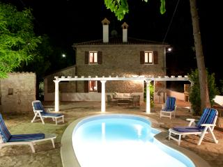 1.800 Villa with Pool near Tuscany and Marche - Gemmano vacation rentals