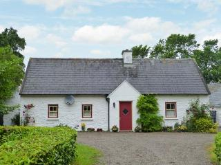 O'NEILL'S, pet-friendly cottage, open fire, rural setting, garden, Dundrum Ref 26889 - Dundrum vacation rentals