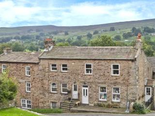 ALPINE COTTAGE, pets welcome, woodburner, WiFi, hot tub, games room, character apartment in Reeth, Ref. 28826 - Swaledale vacation rentals