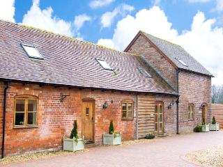 TROOPER'S BARN, spacious barn conversion with hot tub, games room, gym, patio, close walks, Craven Arms Ref 26471 - Craven Arms vacation rentals