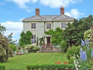 WHITEGATE, detached cottage, woodburner, open fire, games room, enclosed lawned garden, pet-friendly, near Fownhope, Ref 26389 - Fownhope vacation rentals