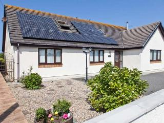 THE WILLOWS, detached cottage, woodburner, en-suite bedrooms, enclosed garden, walking distance to beach, near Trearddur Bay, Re - Trearddur Bay vacation rentals