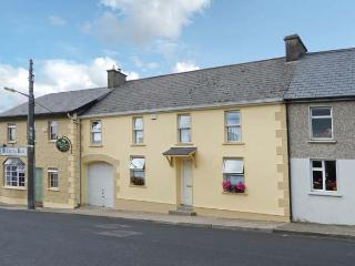 TEACH AISLING four bedrooms, family-friendly, next to pub in Feakle Ref 27878 - Feakle vacation rentals