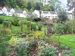 WYE VALLEY COTTAGE, lovely riverside location, pets welcome, off road parking, in Symonds Yat, Ref 27850 - Herefordshire vacation rentals