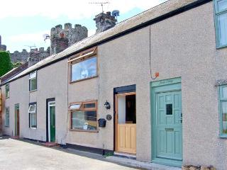 BREUDDWYDIO, ideal for a family or couple, sea views, coastal walks from door, in Conwy, Ref 25858 - Conwy County vacation rentals
