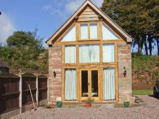 ORCHARD COTTAGE, pet-friendly, private garden, open beams and stonework, near Alton Towers and Cheadle, Ref. 26348 - Staffordshire vacation rentals