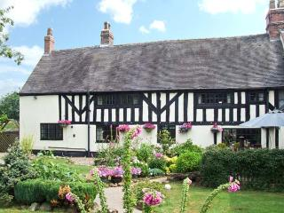 STALLINGTON HALL FARM, pet-friendly with an enclosed garden, in Blythe Bridge, Ref. 28004 - Cheadle vacation rentals