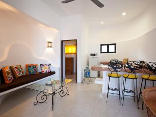 Sugar's living area with an open kitchen - Tamarindo II - Sugar Bungalow - Cozumel - rentals