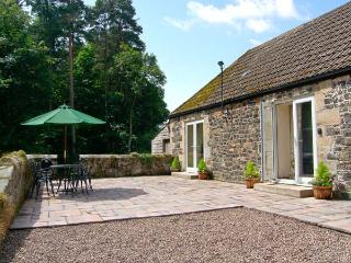 GARDENER'S COTTAGE, all ground floor, en-suite facilities, pet-friendly, woodburner, lovely woodland location near Belford, Ref. - Belford vacation rentals