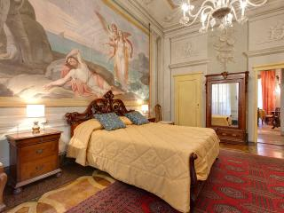 Artist flat close to the old bridge-Venere flat - Florence vacation rentals