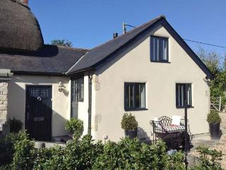 THE BEAMS, STONEHAVEN, single-storey, woodburner, shared use of swimming pool, walks nearby, in East Knoyle, Ref 26953 - Wiltshire vacation rentals