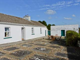 THE FARMHOUSE, oil-fired stove, open plan accommodation, romantic cottage, near Lahinch Ref. 23777 - Lahinch vacation rentals