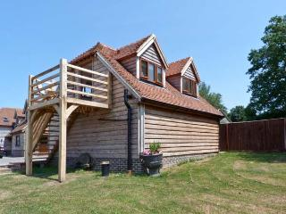 THE BARN, first floor studio apartment, off road parking, decked balcony, near Billingshurst, Ref 26513 - Billingshurst vacation rentals
