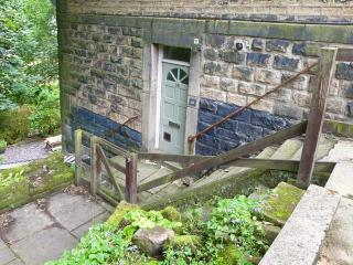 16 PROSPECT TERRACE romantic retreat, close to town's amenities in Hebden Bridge Ref 27867 - West Yorkshire vacation rentals