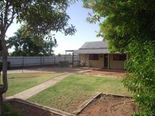 Front view of house and yard - Fully Self Contained Holiday Cottage - Broken Hill - rentals