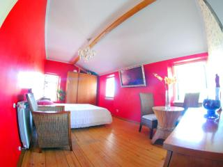 B&B Red Room Modern Style - Torres Vedras vacation rentals
