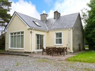 BALLINDINE HOUSE, pets welcome, en-suite bedroom, multi-fuel stove, ground floor cottage in Ballindine, Ref. 26036 - County Down vacation rentals