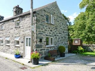 GLAN-Y-PORTH, 200 year old end-terraced cottage, original features, enclosed patio, in Ysbyty Ifan, Ref. 27002 - Ysbyty Ifan vacation rentals