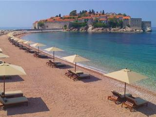 Renovated apartment for 3 persons, with swimming pool , near the beach in Sveti Stefan - Sveti Stefan vacation rentals
