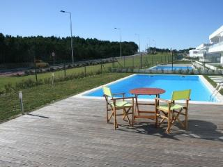 446681A - Modern apartment with Air Con, Satelite TV, Pool and Garden - Sleeps 4 - Pedra do Ouro - Leiria District vacation rentals