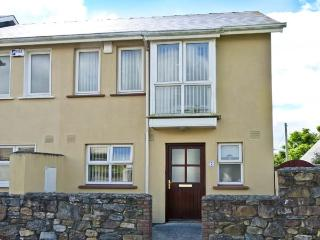 SHEPHERD'S WALK, pet-friendly, open fire, fantastic central location, close to beach, in Duncannon Ref. 26882 - Duncannon vacation rentals