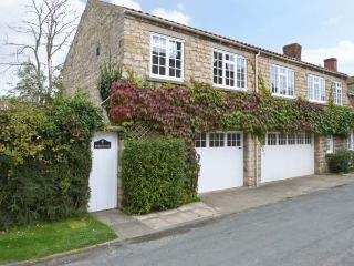 WESTWOOD all first floor, enclosed courtyard, close to moors in Hovingham Ref 18037 - Hovingham vacation rentals