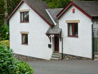 PINE LODGE, pet-friendly cottage with patio, close to lake with jetty, ideal touring base, Windermere Ref 23064 - Bowness-on-Windermere vacation rentals