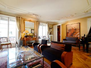 **SPECTACULAR VIEW - 3 BEDROOM LUXURY APARTMENT** - 16th Arrondissement Passy vacation rentals