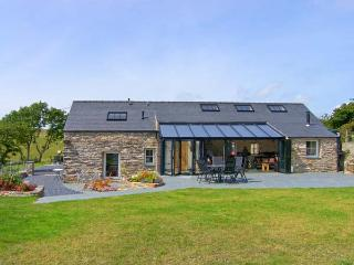 GARTH MORTHIN THE BARN, pet-friendly, woodburner, WiFi, enchanting views, lovely luxury cottage near Porthmadog, Ref. 27046 - Gwynedd- Snowdonia vacation rentals