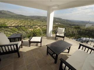 Newly renovated guest room for 2 persons, with swimming pool , in Jaén - Alcala la Real vacation rentals